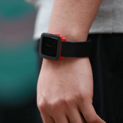 Schickes Pebble Time Akku Armband von EZIO