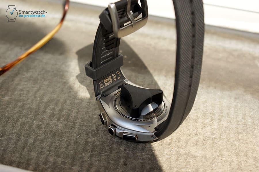 Die LG Watch Urbane 2nd Edition 3G wird mithilfe des im Lieferumfang enthaltenen Werkzeugs geöffnet