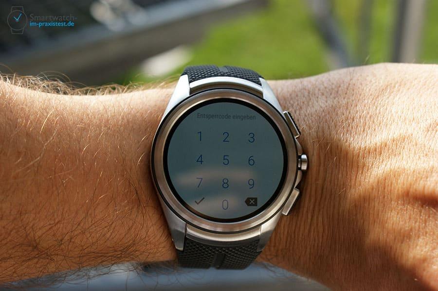 Nach dem Einlegen der Nano-SIM-Karte muss man die Smartwatch neu starten und danach seinen SIM-PIN eingeben